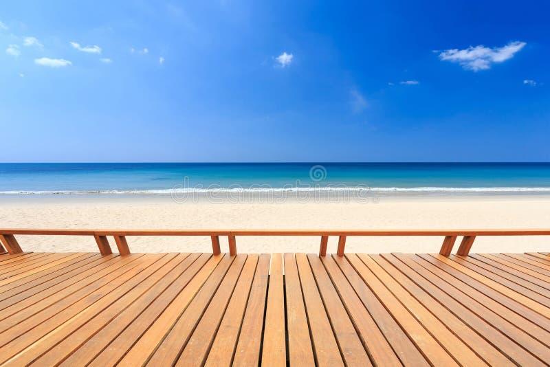 Decking y vista de madera de la playa tropical foto de archivo libre de regalías