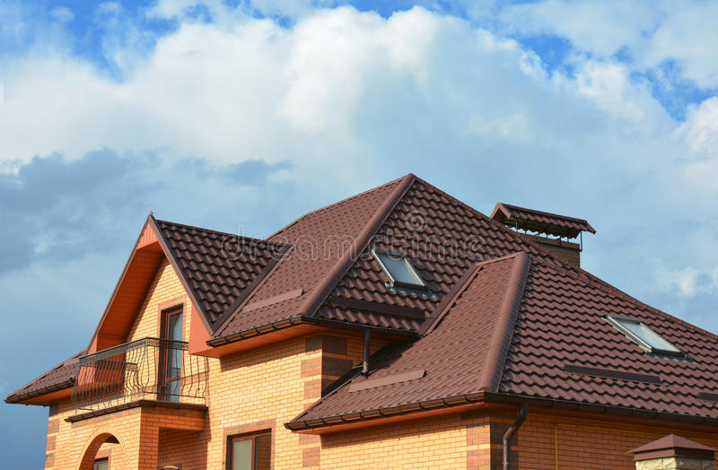 Deckungsbau mit Dachbodenoberlichtern, Regengossensystem, Dachfenstern und Dachschutz vor Schneeschneefanghaus stockbilder