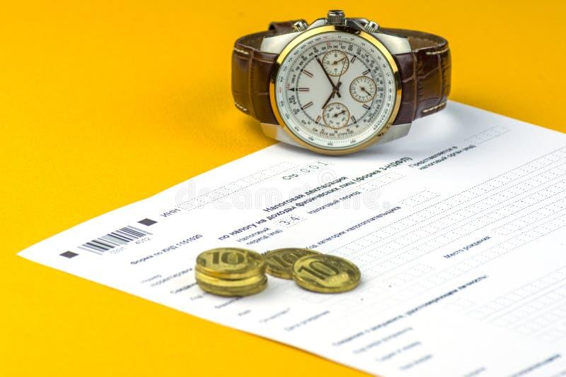 Declaración de impuestos anual rusa de impuestos de individuos La forma 3-NDFL Algunas monedas y el reloj del ruso están en la ho foto de archivo libre de regalías
