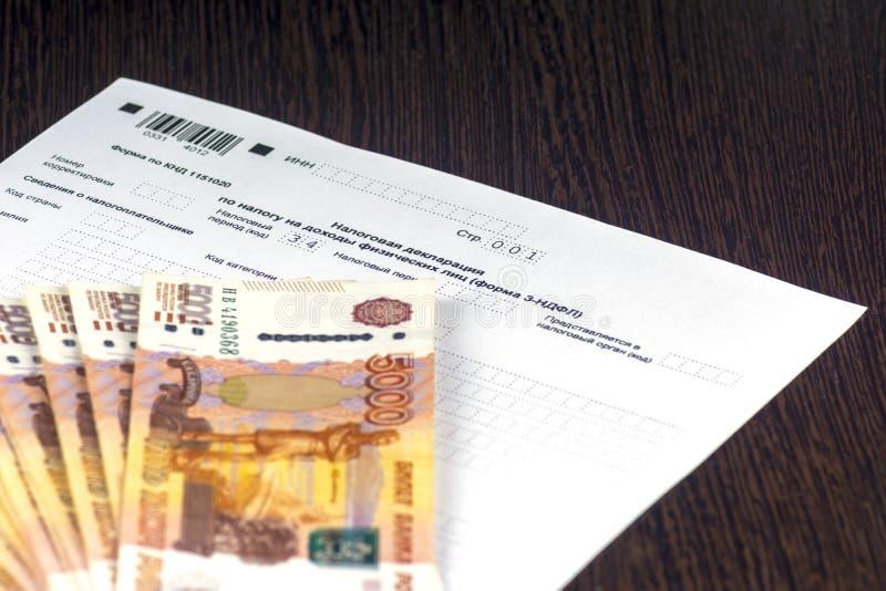 Declaración de impuestos anual rusa de impuestos de individuos La forma 3-NDFL Algunas notas rusas están en la hoja de la declara fotos de archivo libres de regalías
