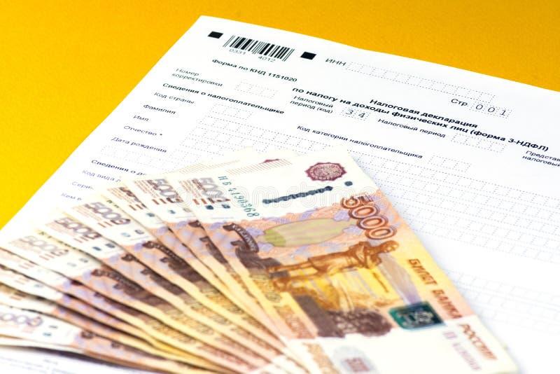 Declaración de impuestos anual rusa de impuestos de individuos La forma 3-NDFL Algunas notas rusas están en la hoja de la declara fotografía de archivo
