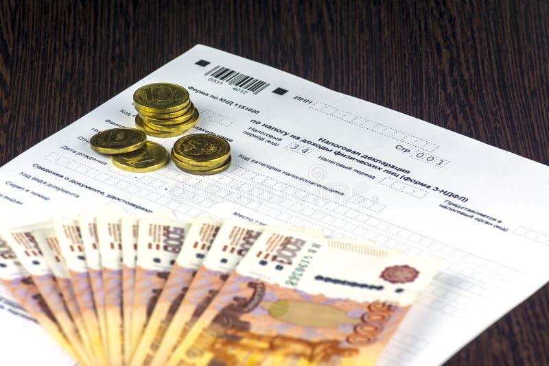 Declaración de impuestos anual rusa de impuestos de individuos La forma 3-NDFL Algunos billetes y monedas del ruso están en la ho fotografía de archivo libre de regalías