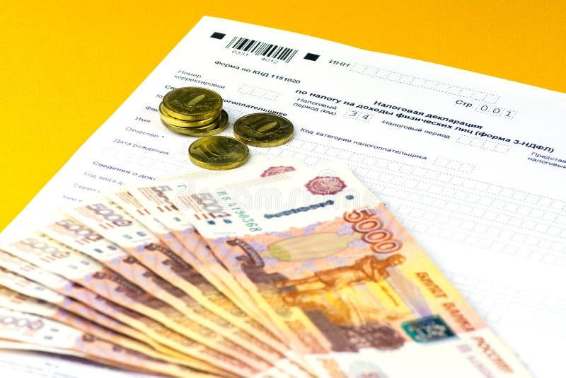 Declaración de impuestos anual rusa de impuestos de individuos La forma 3-NDFL Algunos billetes y monedas del ruso están en la ho imágenes de archivo libres de regalías
