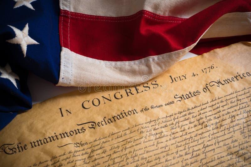 Declaración de Independencia de Estados Unidos con la bandera del vintage fotos de archivo