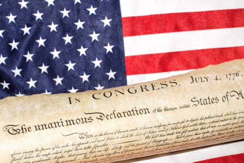 Declaración de Independencia 4 de julio de 1776 en bandera de los E.E.U.U. foto de archivo