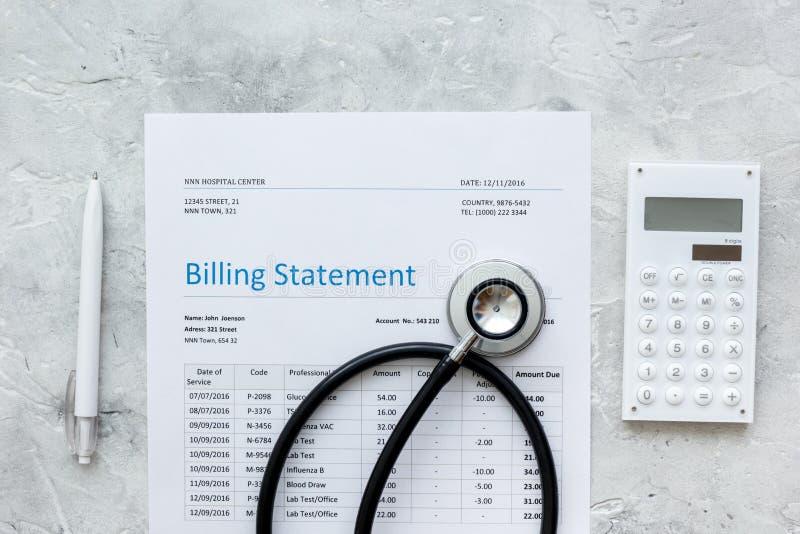Declaración de la facturación de la atención sanitaria con el estetoscopio y la pluma del ` s del doctor en la opinión superior d fotos de archivo libres de regalías