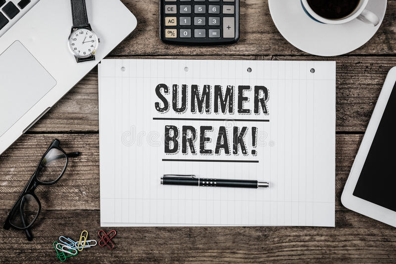 Declaración de las vacaciones de verano sobre la libreta en el escritorio de oficina desde arriba fotos de archivo