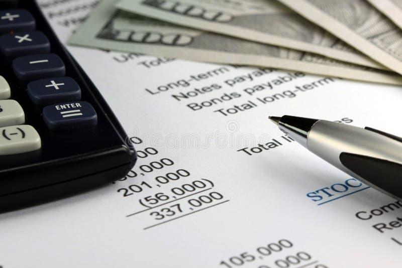 Declaración de renta de la contabilidad empresarial con moneda de los E.E.U.U. fotos de archivo