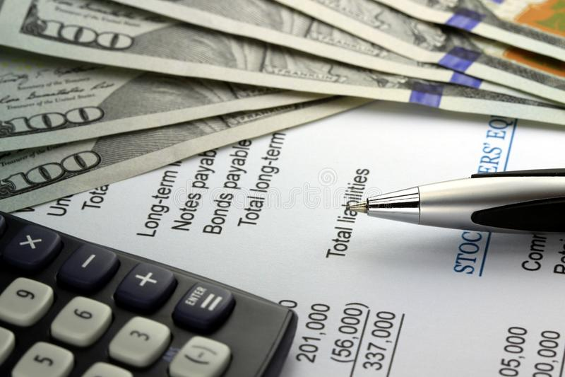 Declaración de renta de la contabilidad empresarial con moneda de los E.E.U.U. fotografía de archivo