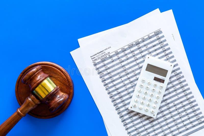 Declare el concepto de la quiebra Comienzo del procedimiento de la quiebra Juzgue el mazo, documentos financieros, calculadora en foto de archivo libre de regalías