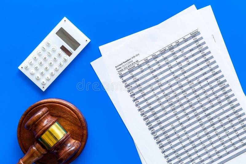Declare el concepto de la quiebra Comienzo del procedimiento de la quiebra Juzgue el mazo, documentos financieros, calculadora en fotografía de archivo libre de regalías