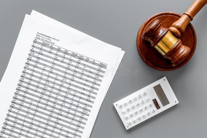 Declare el concepto de la quiebra Comienzo del procedimiento de la quiebra Juzgue el mazo, documentos financieros, calculadora en foto de archivo