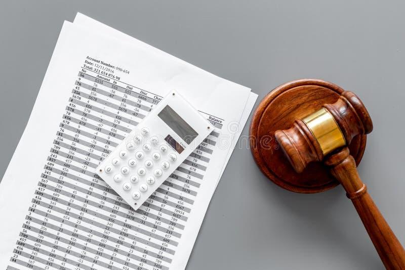 Declare el concepto de la quiebra Comienzo del procedimiento de la quiebra Juzgue el mazo, documentos financieros, calculadora en imágenes de archivo libres de regalías
