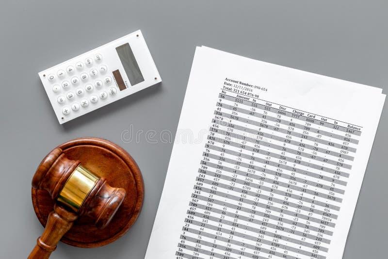 Declare el concepto de la quiebra Comienzo del procedimiento de la quiebra Juzgue el mazo, documentos financieros, calculadora en imagen de archivo