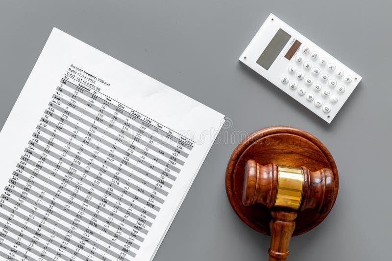 Declare el concepto de la quiebra Comienzo del procedimiento de la quiebra Juzgue el mazo, documentos financieros, calculadora en fotos de archivo
