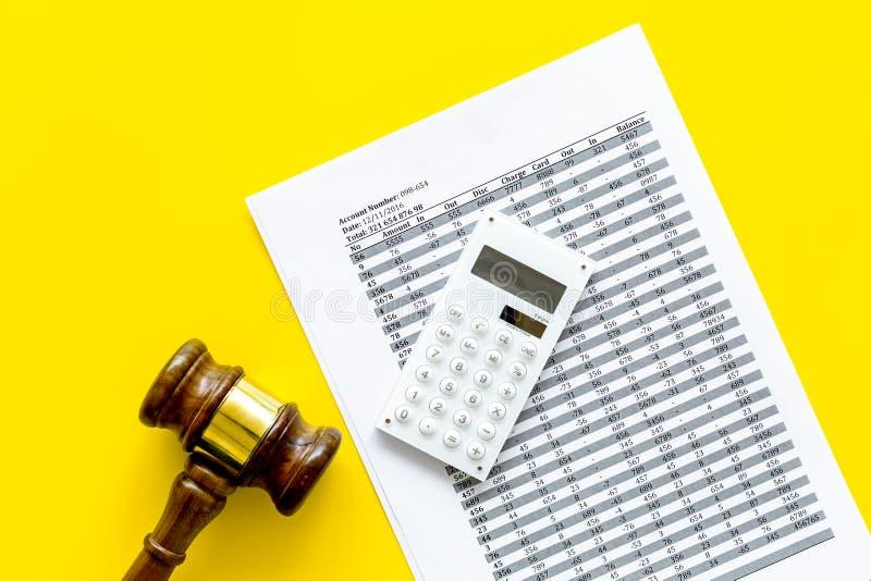 Declare el concepto de la quiebra Juzgue el mazo, documentos financieros, calculadora en espacio amarillo de la copia de la opini foto de archivo libre de regalías