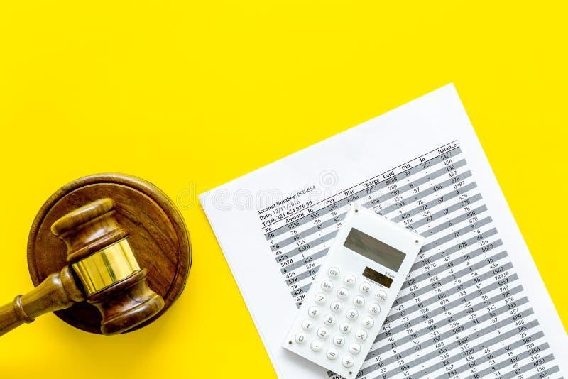 Declare el concepto de la quiebra Juzgue el mazo, documentos financieros, calculadora en espacio amarillo de la copia de la opini imagenes de archivo