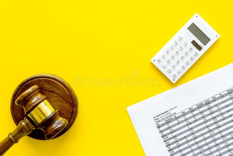 Declare el concepto de la quiebra Juzgue el mazo, documentos financieros, calculadora en espacio amarillo de la copia de la opini foto de archivo