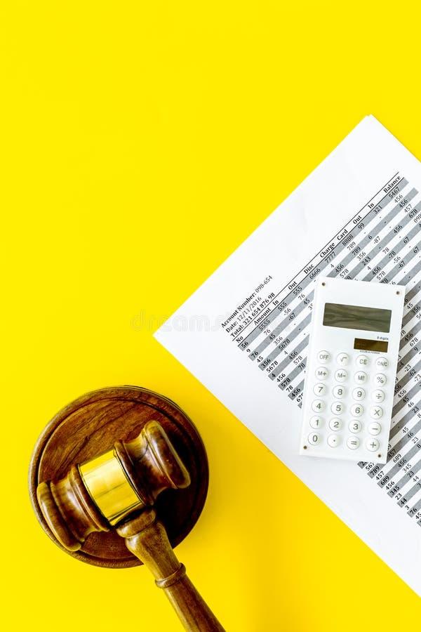 Declare el concepto de la quiebra Juzgue el mazo, documentos financieros, calculadora en espacio amarillo de la copia de la opini imagen de archivo