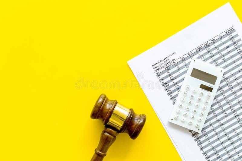 Declare el concepto de la quiebra Juzgue el mazo, documentos financieros, calculadora en espacio amarillo de la copia de la opini imágenes de archivo libres de regalías
