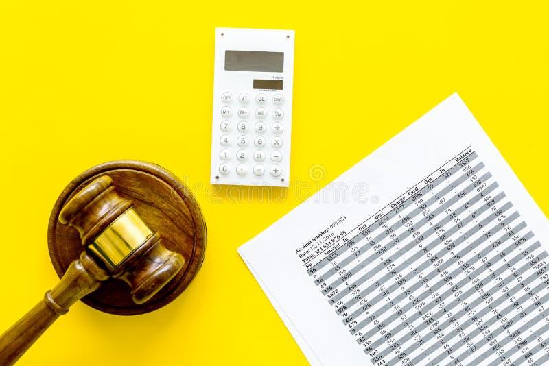 Declare el concepto de la quiebra Juzgue el mazo, documentos financieros, calculadora en espacio amarillo de la copia de la opini fotografía de archivo