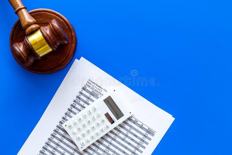 Declare el concepto de la quiebra Juzgue el mazo, documentos financieros, calculadora en espacio azul de la copia de la opinión s fotografía de archivo libre de regalías