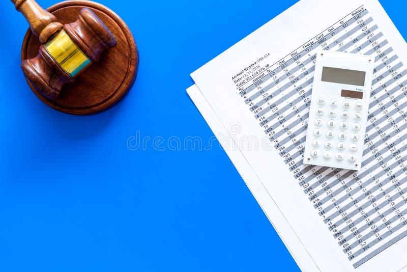 Declare el concepto de la quiebra Juzgue el mazo, documentos financieros, calculadora en espacio azul de la copia de la opinión s foto de archivo libre de regalías