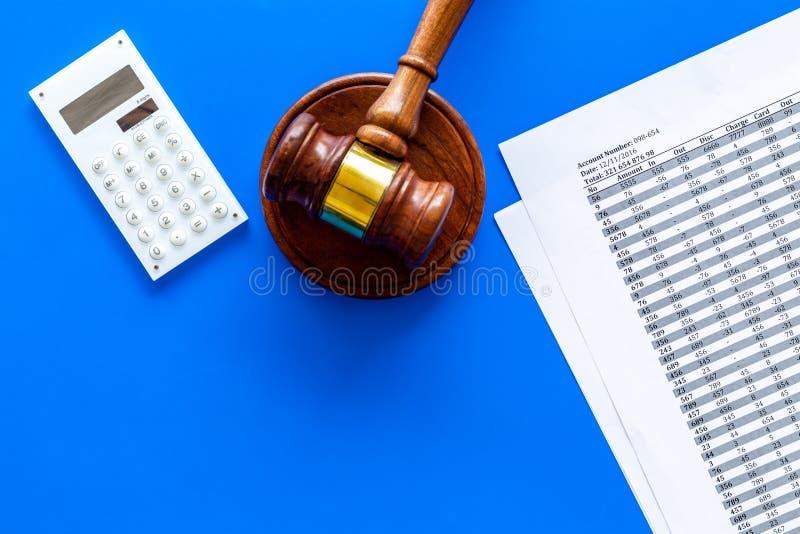 Declare el concepto de la quiebra Juzgue el mazo, documentos financieros, calculadora en espacio azul de la copia de la opinión s fotos de archivo