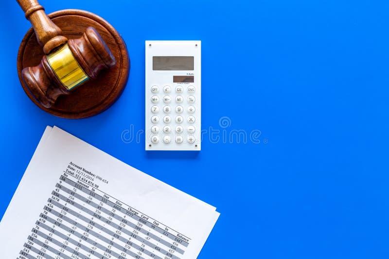 Declare el concepto de la quiebra Juzgue el mazo, documentos financieros, calculadora en espacio azul de la copia de la opinión s imagen de archivo libre de regalías