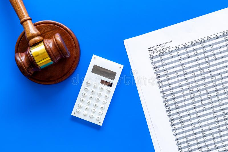 Declare el concepto de la quiebra Juzgue el mazo, documentos financieros, calculadora en espacio azul de la copia de la opinión s imagen de archivo