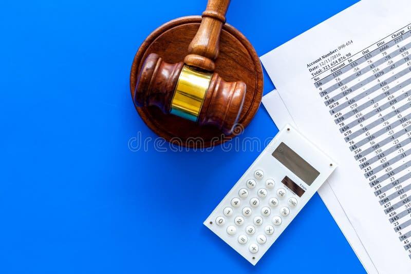 Declare el concepto de la quiebra Juzgue el mazo, documentos financieros, calculadora en espacio azul de la copia de la opinión s fotografía de archivo