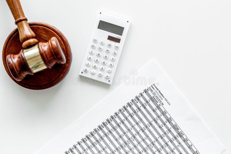 Declare el concepto de la quiebra Juzgue el mazo, documentos financieros, calculadora en el espacio blanco de la copia de la opin imágenes de archivo libres de regalías