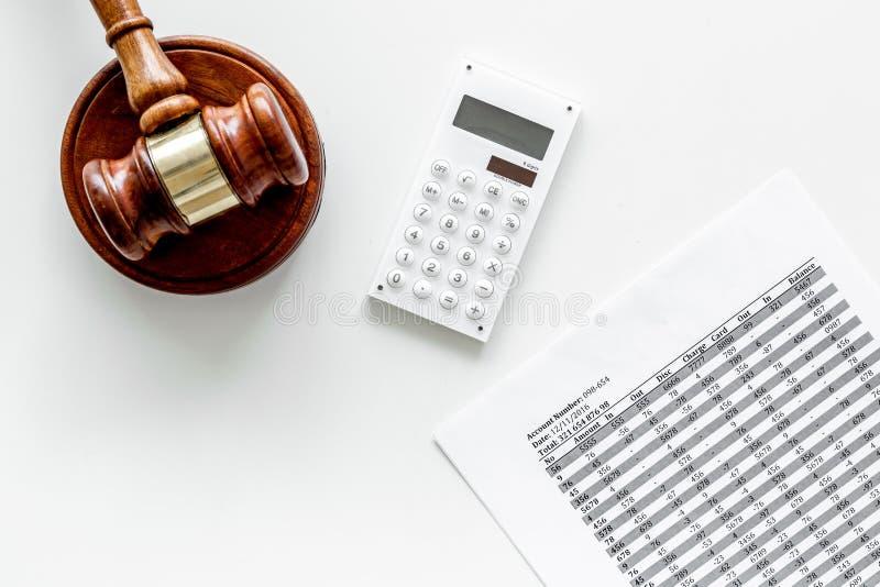 Declare el concepto de la quiebra Juzgue el mazo, documentos financieros, calculadora en el espacio blanco de la copia de la opin imagen de archivo libre de regalías