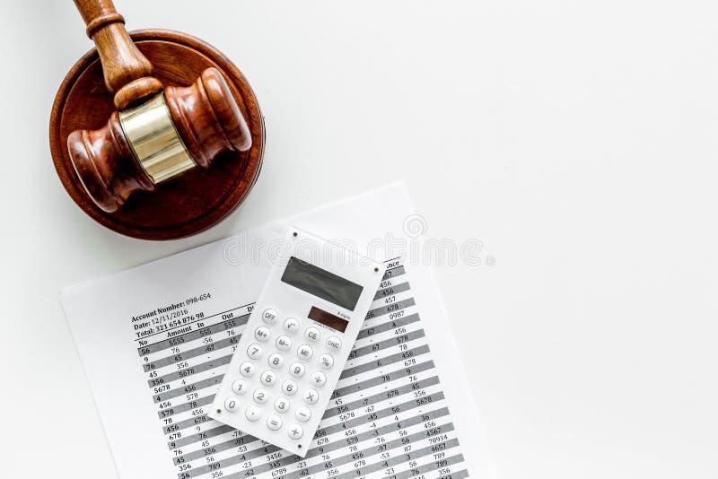 Declare el concepto de la quiebra Juzgue el mazo, documentos financieros, calculadora en el espacio blanco de la copia de la opin imagen de archivo