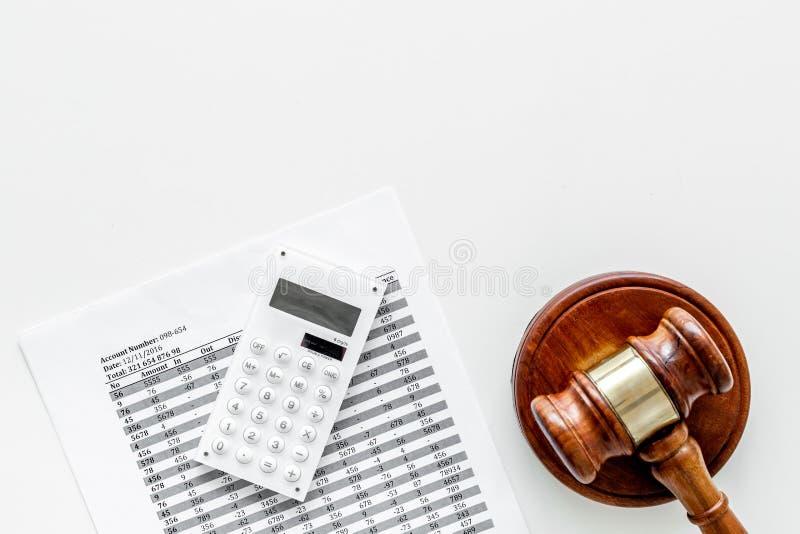 Declare el concepto de la quiebra Juzgue el mazo, documentos financieros, calculadora en el espacio blanco de la copia de la opin foto de archivo