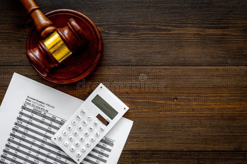 Declare el concepto de la quiebra Juzgue el mazo, documentos financieros, calculadora en el espacio de madera oscuro de la opinió fotografía de archivo