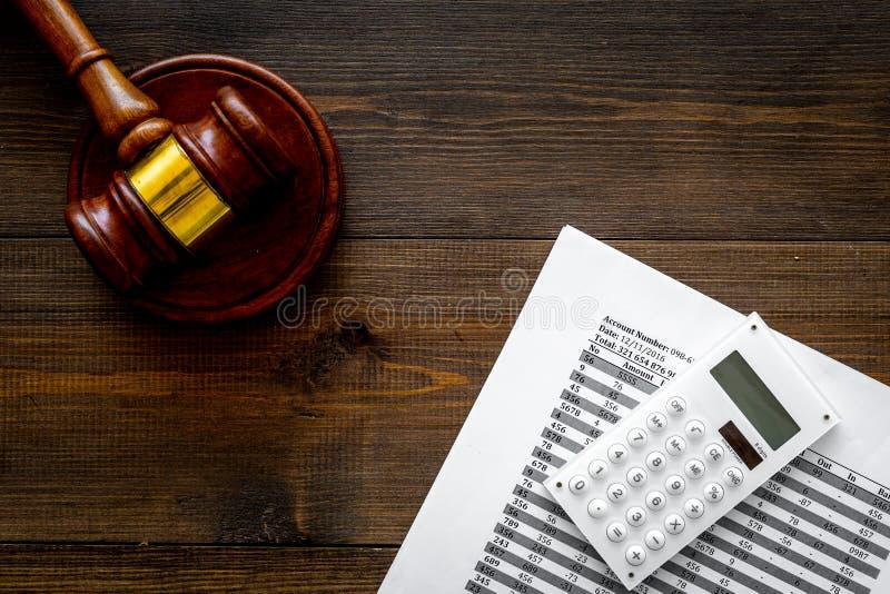 Declare el concepto de la quiebra Juzgue el mazo, documentos financieros, calculadora en el espacio de madera oscuro de la opinió imagen de archivo libre de regalías