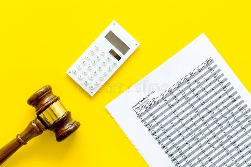 Declare el concepto de la quiebra Juzgue el mazo, documentos financieros, calculadora en la opinión superior del fondo amarillo foto de archivo libre de regalías