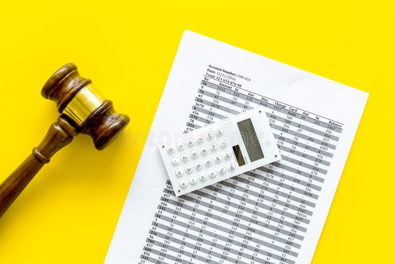 Declare el concepto de la quiebra Juzgue el mazo, documentos financieros, calculadora en la opinión superior del fondo amarillo foto de archivo