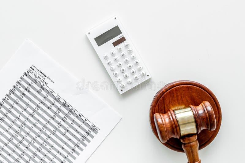 Declare el concepto de la quiebra Juzgue el mazo, documentos financieros, calculadora en la opinión superior del fondo blanco imagen de archivo