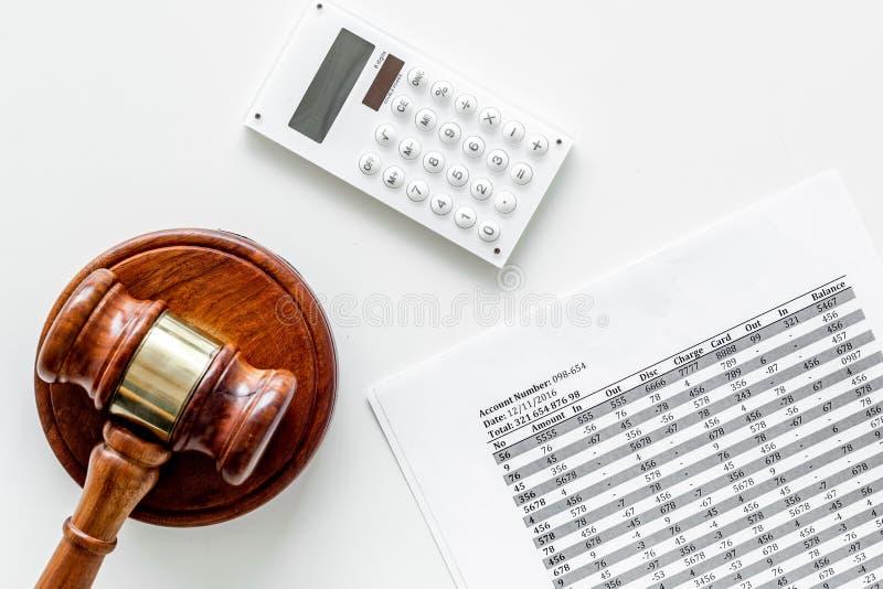 Declare el concepto de la quiebra Juzgue el mazo, documentos financieros, calculadora en la opinión superior del fondo blanco imagenes de archivo