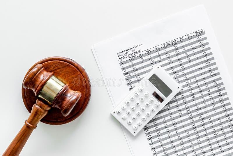 Declare el concepto de la quiebra Juzgue el mazo, documentos financieros, calculadora en la opinión superior del fondo blanco fotografía de archivo libre de regalías