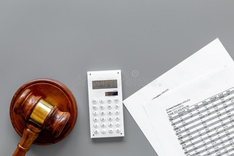 Declare el concepto de la quiebra Juzgue el mazo, documentos financieros, calculadora en la opinión superior del fondo gris fotografía de archivo