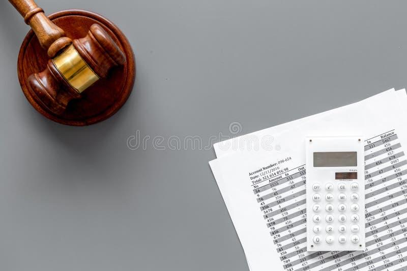 Declare el concepto de la quiebra Juzgue el mazo, documentos financieros, calculadora en la opinión superior del fondo gris fotografía de archivo libre de regalías