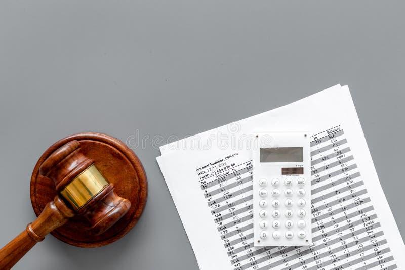 Declare el concepto de la quiebra Juzgue el mazo, documentos financieros, calculadora en la opinión superior del fondo gris fotos de archivo libres de regalías
