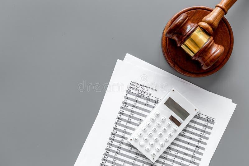 Declare el concepto de la quiebra Juzgue el mazo, documentos financieros, calculadora en la opinión superior del fondo gris fotos de archivo