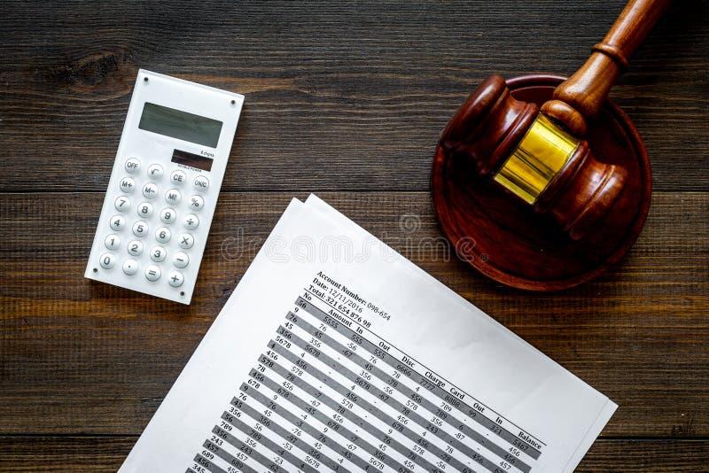 Declare el concepto de la quiebra Juzgue el mazo, documentos financieros, calculadora en la opinión superior del fondo de madera  imágenes de archivo libres de regalías