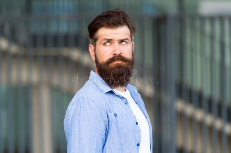 Declare su estilo Hombre barbudo serio Hombre brutal hermoso Cuidado del pelo y de la barba Cuidado masculino del peluquero Cauc? fotos de archivo libres de regalías