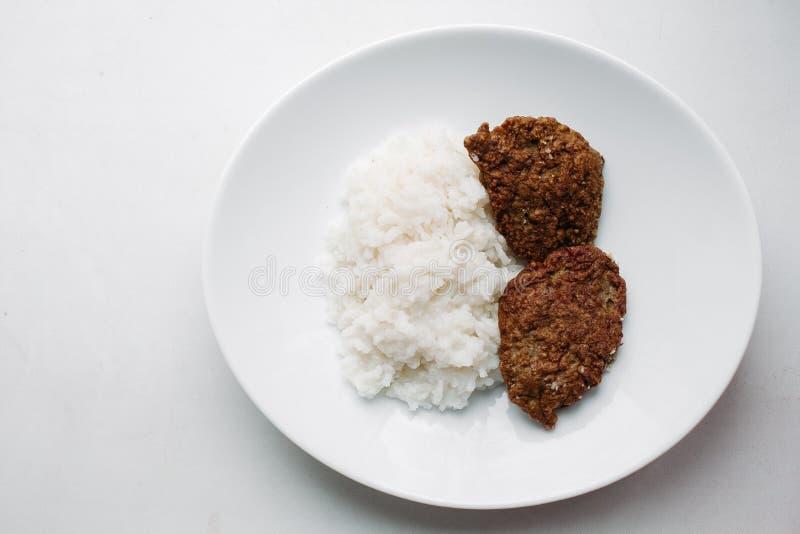 Declicious a fait frire le repas d'hamburger avec du riz blanc du plat arrondi photographie stock libre de droits