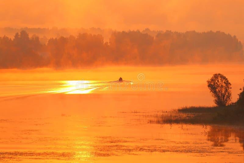 Declino dorato un fondo e una nebbia sul fiume fotografia stock